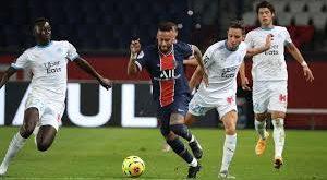 Neymar Jr la star francaise du Paris Saint-Germain, fait face un lourd penalty